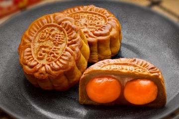 双黄月饼与众不同的地方在於不用动物油而改采沙拉油
